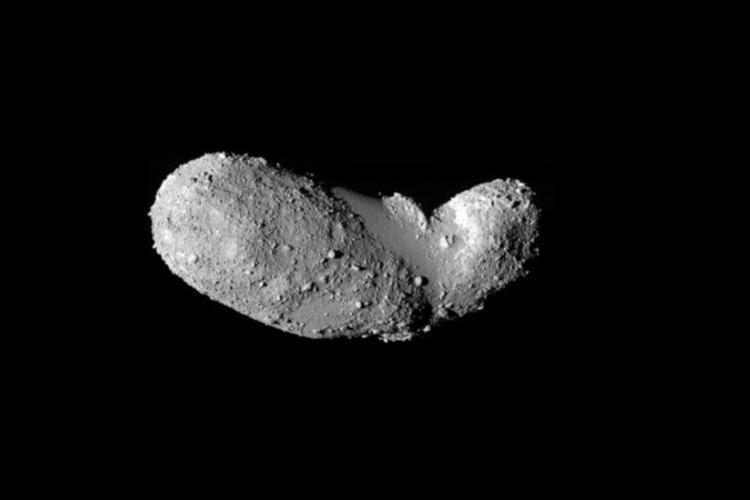 Asteroida 25143 Itokawa widziana z odległości 8 km przez japońską sondę kosmiczną Hayabusa