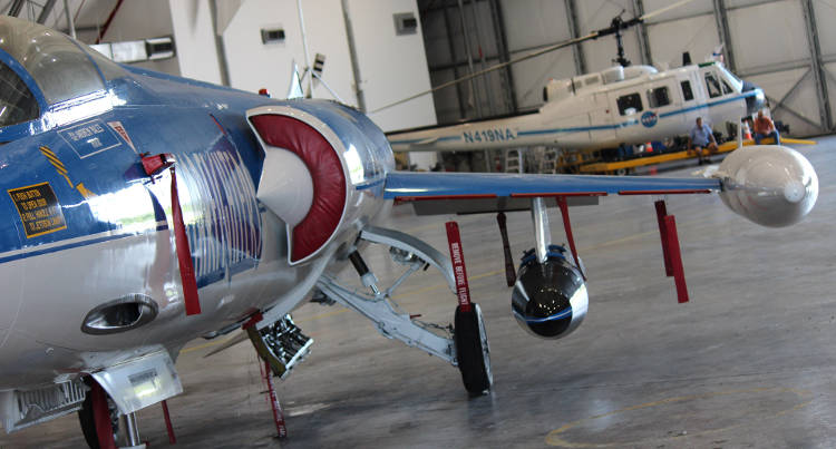 Były myśliwiec Lockheed F-104 należący do firmy Starfighters z podskrzydłowym ładunkiem badawczym NASA