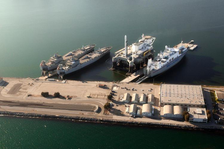 Platforma startowa Ocean Odyssey wraz z towarzyszącymi statkami