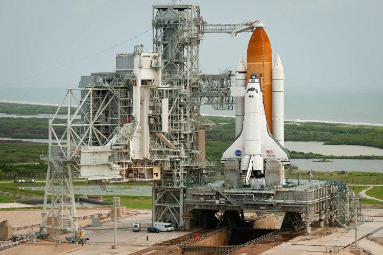 Wahadłowiec Atlantis na stanowisku startowym kosmodromu na Przylądku Canaveral