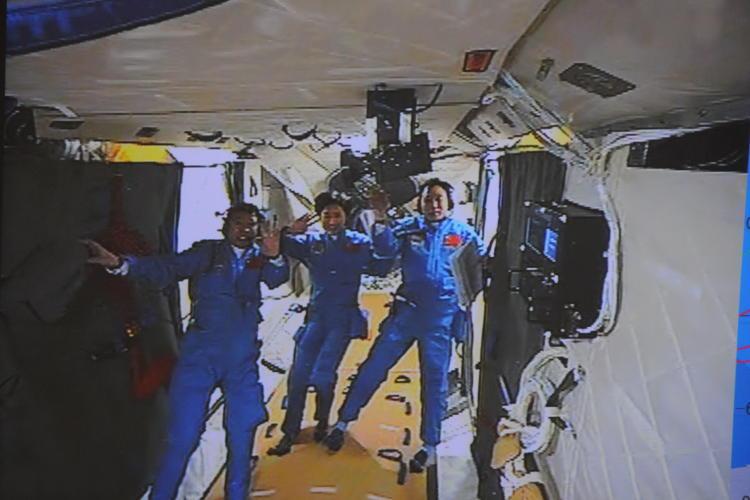 Załoga statku kosmicznego Shenzhou 9 w module orbitalnym Tiangong 1